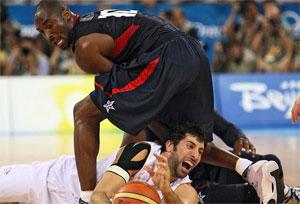 Final Pekín 08. Kobe Bryant y Mumbru luchan por un balón