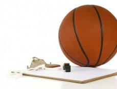 Pizarra táctica de baloncesto y balón. Herramientas del entrenador de basket